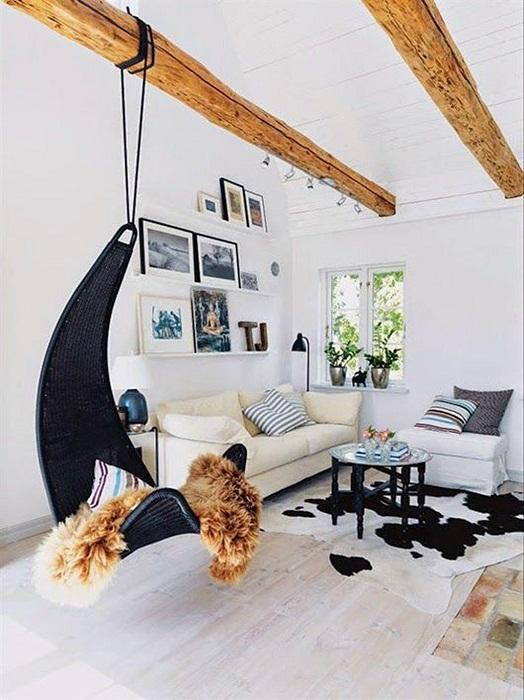 Нестандартная качеля в комнате, создаст атмосферу дополнительного уюта.