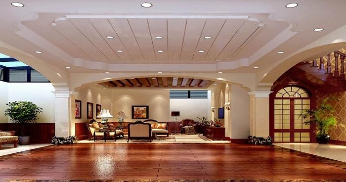 Просторы комнаты просто развернулись очень обширно и потолок в белом цвете простой и светлый.