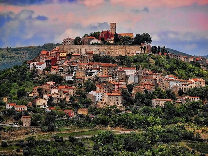 Мотовун - прекрасный город и крепость XII-XIII веков, который расположился в Истрии, Хорватия.