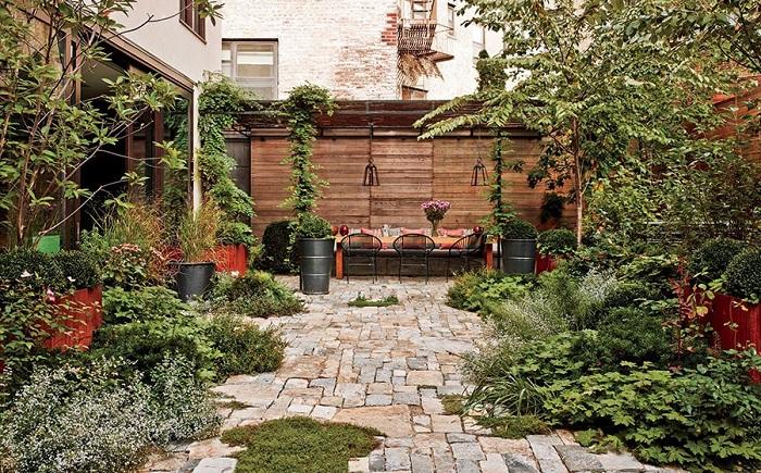 Отличное решение разместить прекрасное место для отдыха в самом центре сада, что позволит почувствовать максимально комфорт и насладится природой.