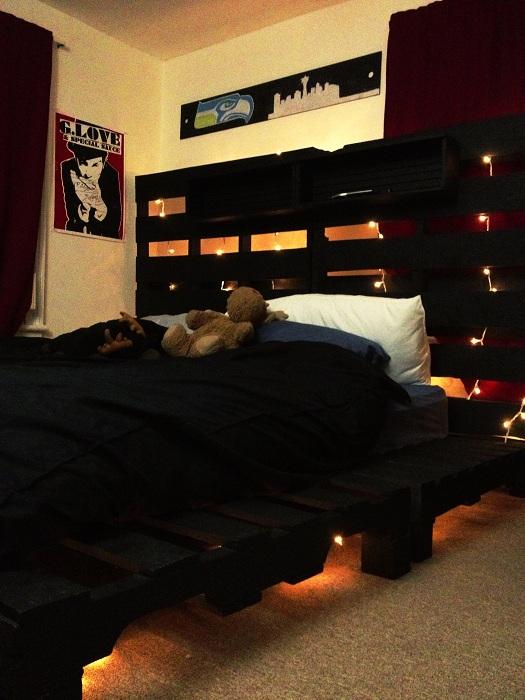 Простой, но оригинальный интерьер спальной в котором сочетаются темные и светлые тона.