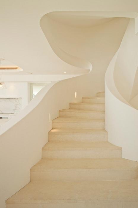 Дом в белых оттенках с необыкновенно прекрасной лестницей в тон в Средиземноморском стиле.