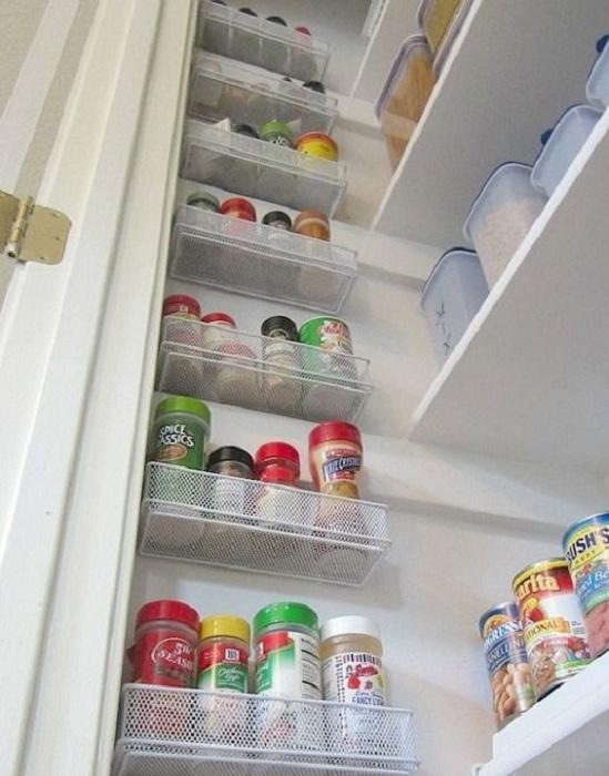Отличный вариант создать множество полок, для того чтобы разместить все самые нужные баночки на кухне.