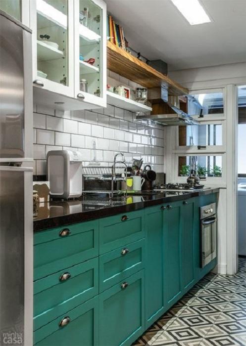 Красивый интерьер мини-кухни с оригинальными яркими бирюзовыми шкафчиками, что очень гармоничны.
