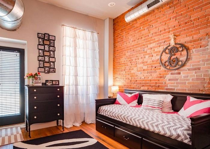 Интерьер гостиной в ярких тонах преображен за счет белоснежных штор.