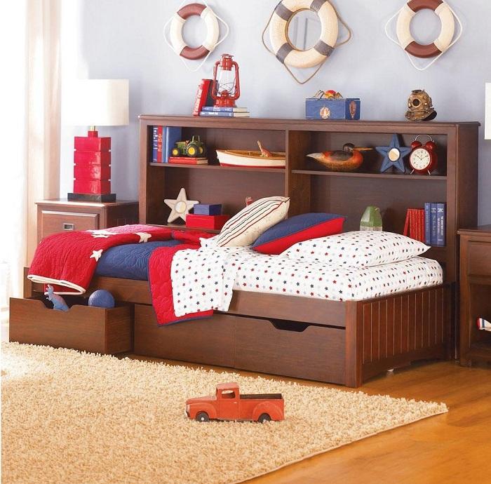 Кровать с нижней системой хранения прекрасно впишется в морской интерьер.