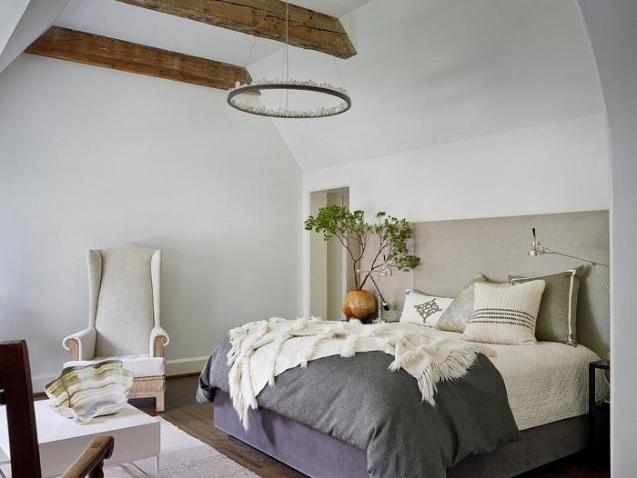Интересный дизайн спальной с красивой кроватью и необычными деталями декора, которые украшают комнату.