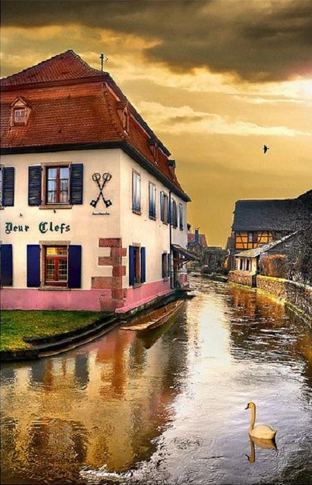 Прекрасный регион на северо-востоке Франции. Наиболее простая версия происхождения названия «Эльзас» связана с именем крупнейшей водной артерии внутри региона — рекой Иль, буквально — «страна (долина) Иля».