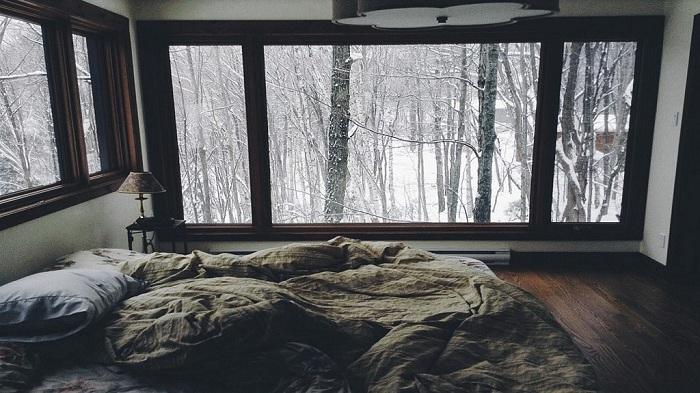 Прекрасная спальня с минимумом деталей, в которой просто приятно коротать время.