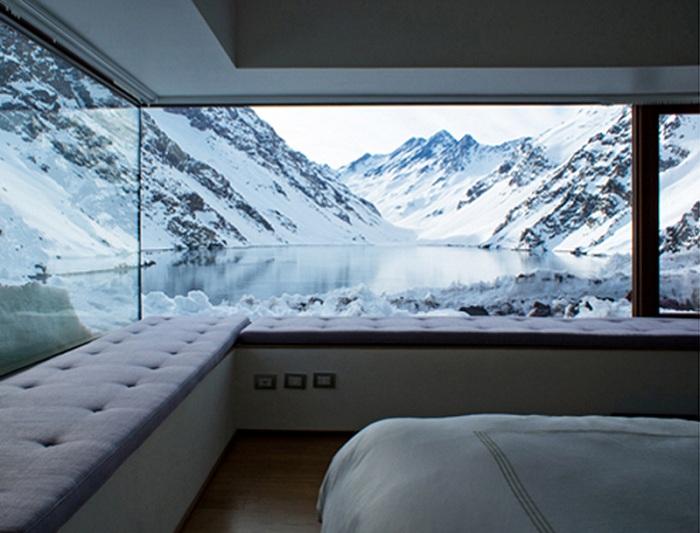Невероятный вид на заснеженные горы из комнаты для отдыха просто захватывает дух.