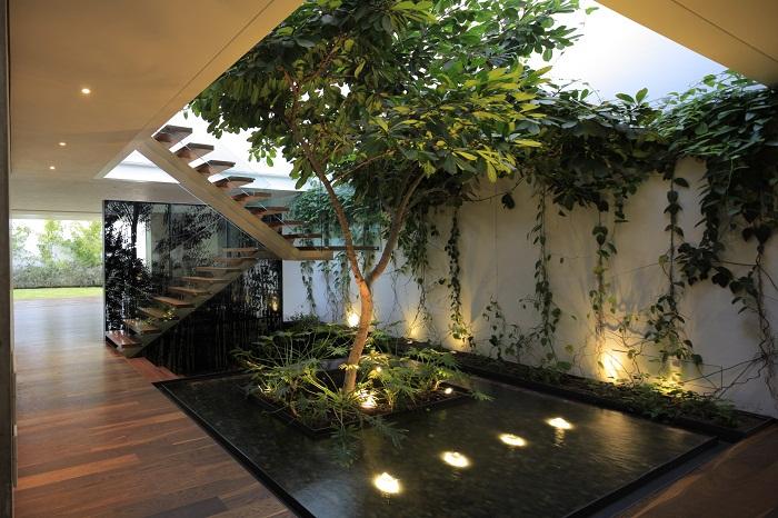 Интересное и очень приятное оформление дома с помощью мини-сада.