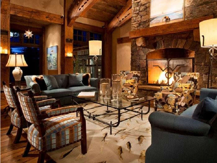 Сочетание деревянных элементов интерьера с необычным камином.