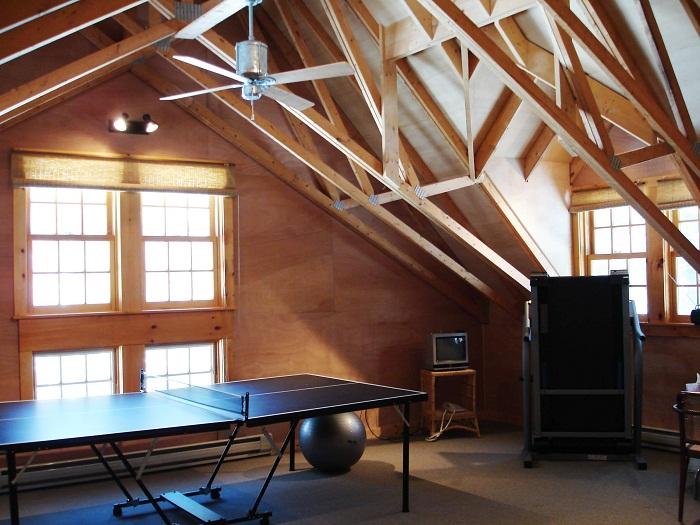 Комната для настольных игр, которую разместили под чердаком, понравится и создаст просто крутое настроение.