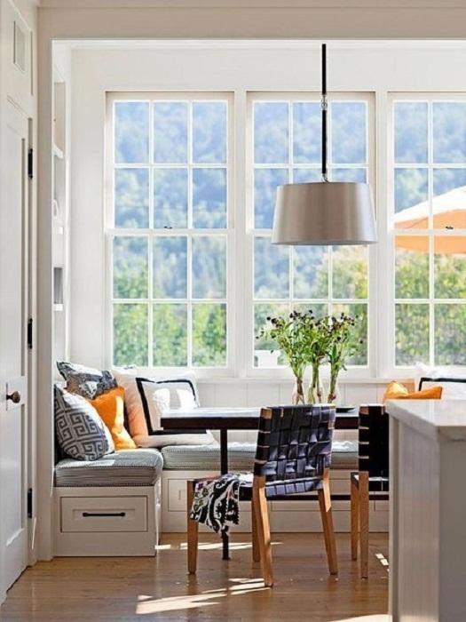 Отличное решение для преображения интерьера комнаты при помощи декорирования подоконника.