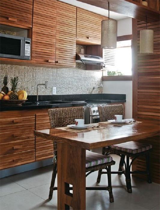 Деревянные шкафы преобразят интерьер любой маленькой кухни и создадут домашний уют.