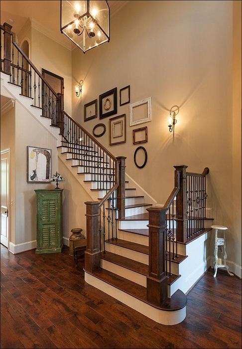 Стена украшена рамками, которые добавляют ярких ноток в оформление комнаты.