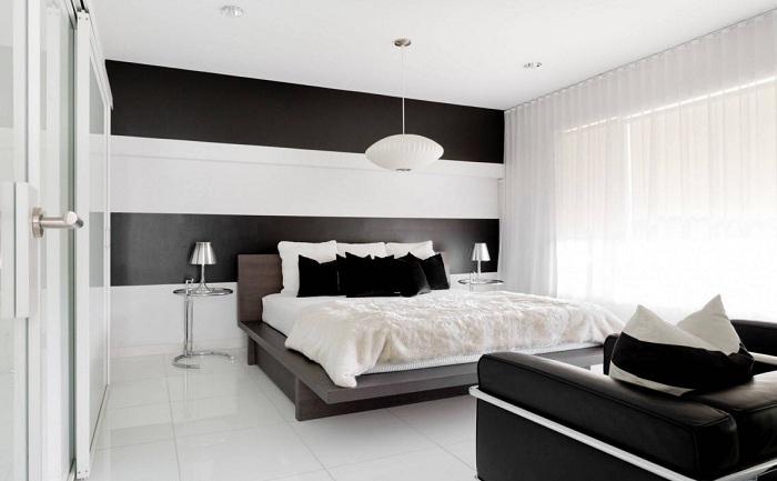 Черно-белый интерьер спальной, что станет находкой и особенностью декорирования комнаты.