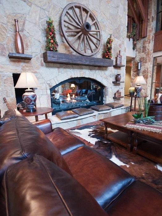 Колесо может стать прекрасным дополнением к интерьеру любой комнаты и украсить камин, например.