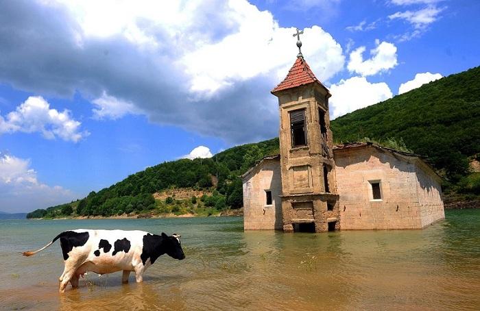 Озеро затопило церковь, это было намеренно так как оно было создано для поддержки электростанции.
