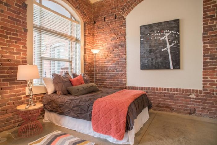 Трансформация старинного помещения и переоборудование его в современную спальню - это и есть особенностью промышленного дизайна.