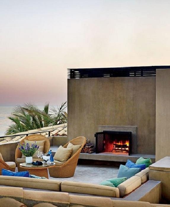Отменное настроение для оформления места на природе - камин и диванчик, что может быть еще лучше.