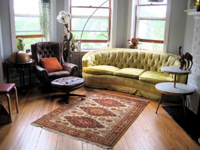 Используя взаимодополняющие фрагменты мебельной фурнитуры можно добавить рустикальности в интерьер маленькой гостиной.