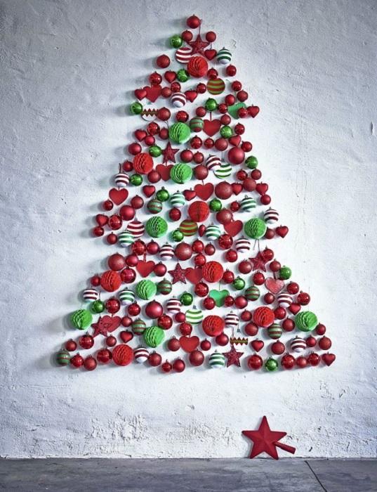 Хороший пример украшения стены новогодними игрушками, что подарят сказочное настроение.