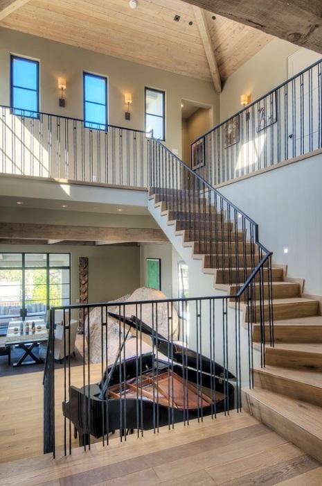 Прекрасные апартаменты с деревянными элементами украшают интерьер комнаты и добавляют уют.