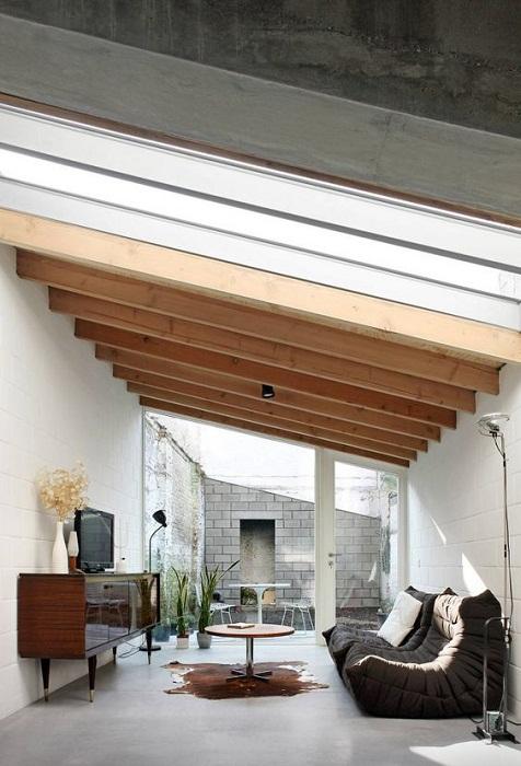 Сэкономить пространство возможно благодаря удачному размещению гостиной под чердаком в доме.