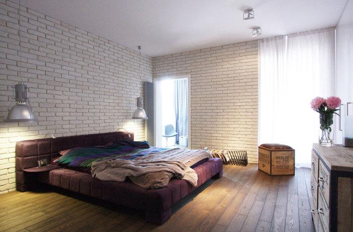 Прекрасный интерьер спальни в промышленном стиле с кирпичной кладкой, которая по-своему открывает особенности комнаты.
