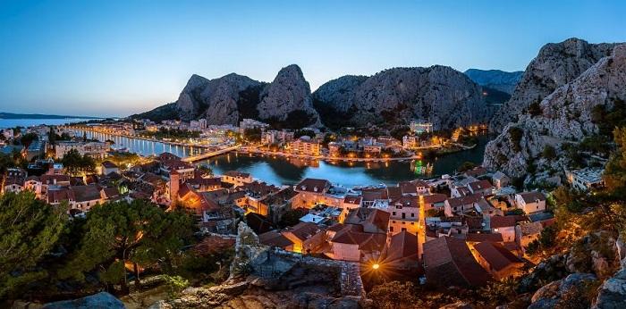 Омиш - небольшой курортный город удобно расположился в одном из самых живописных мест Средней Далмации, а может и всей Хорватии.
