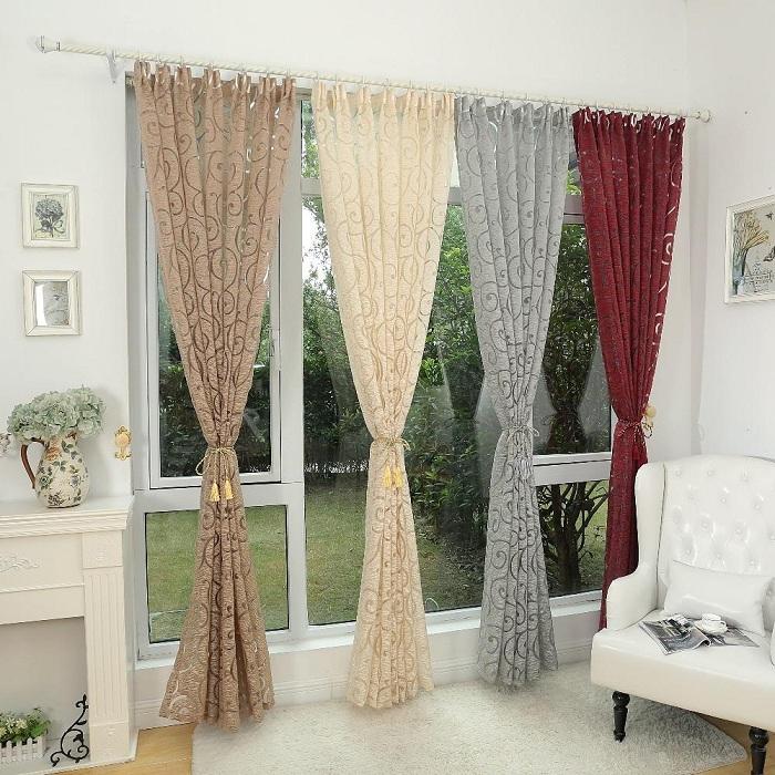 Интересное оформление комнаты с помощью разноцветных штор.