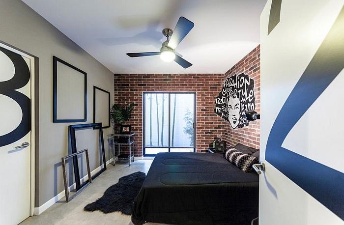 Нестандартная спальня с креативным интерьером и симпатичными рамками, которые украшают её.