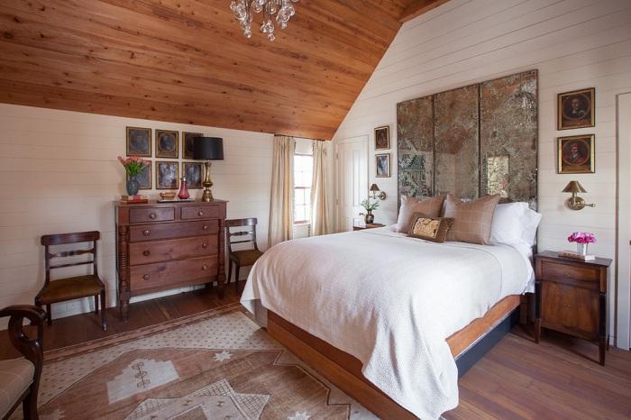Оригинальный способ оформления спальни в деревенском стиле - уютный и вместе с тем нетривиальный, комфортный и креативный одновременно.