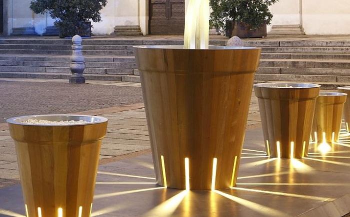Необычный вариант украсить двор при помощи необыкновенных кашпо с необыкновенной подсветкой.