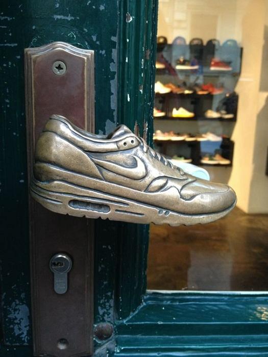 Специфическая дверная ручка в форме кроссовок, станет отличным вариантом для оформления двери.