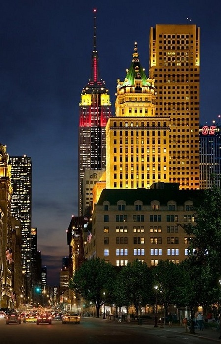 Эмпайр Стейт Билдинг - самое высокое здание Нью-Йорка и третье (после Уиллис Тауэр и Трамп Тауэр в Чикаго) по высоте в США. 102-этажный небоскрёб, расположенный в Нью-Йорке на острове Манхэттен.