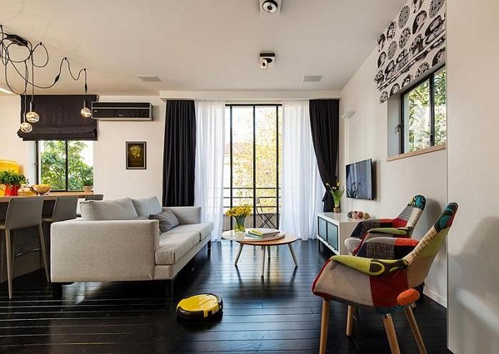 Акцент на стульях в интерьере маленькой гостиной, выглядит искусно.