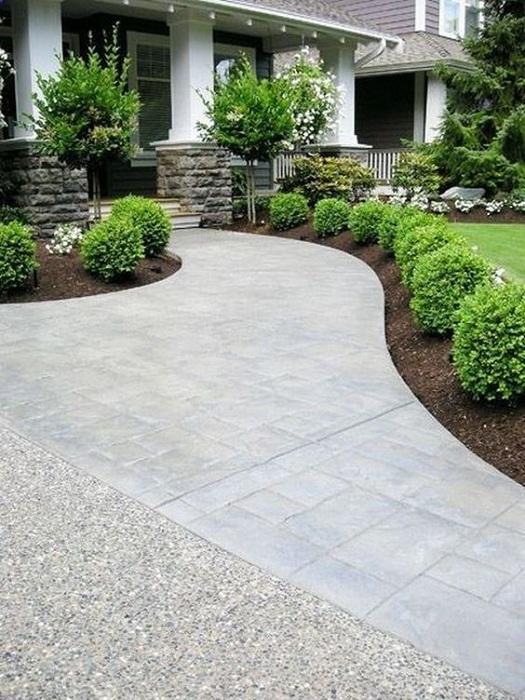 В большинстве случаев большое и открытое пространство перед домом положительно влияет на атмосферу около него.