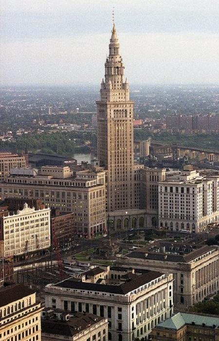 Башня Терминал - офисный небоскрёб, расположенный в Кливленде, Огайо, США. Высота — 215,8 метров (без флагштока), 52 этажа. 68-е по высоте здание в США; самое высокое здание в Северной Америке (исключая Нью-Йорк) с 1930 по 1964 год; второе по высоте здание города.