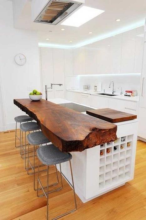 Красивая деревянная стойка станет ярким элементом в оформлении пространства кухни.