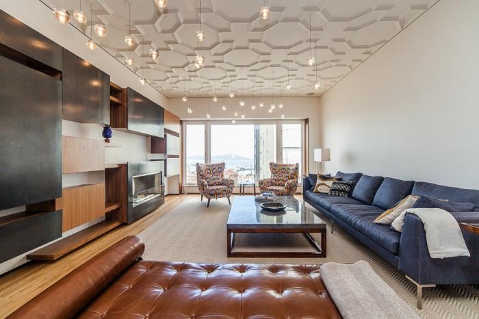 Симпатичное декорирование потолка в гостиной, ажурными узорами с необыкновенной подсветкой.