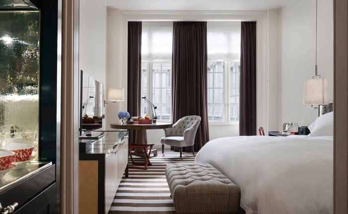 Интересный интерьер спальной в контрастной цветовой палитре.