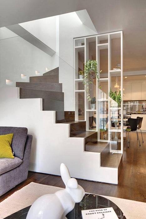 Просто крутой пример зонирования пространства с помощью разделения комнат стеллажами.