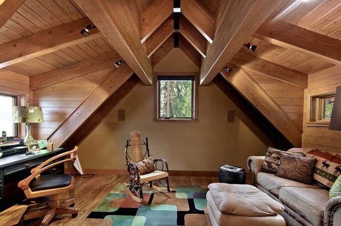 Уютная комната с красивым потолком под самой крышей дома.