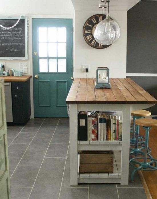 Украшение пространства кухни интересной и необычной книжной полкой.