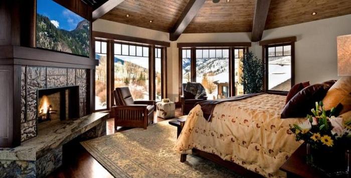 Уютная обстановка в спальне с камином.