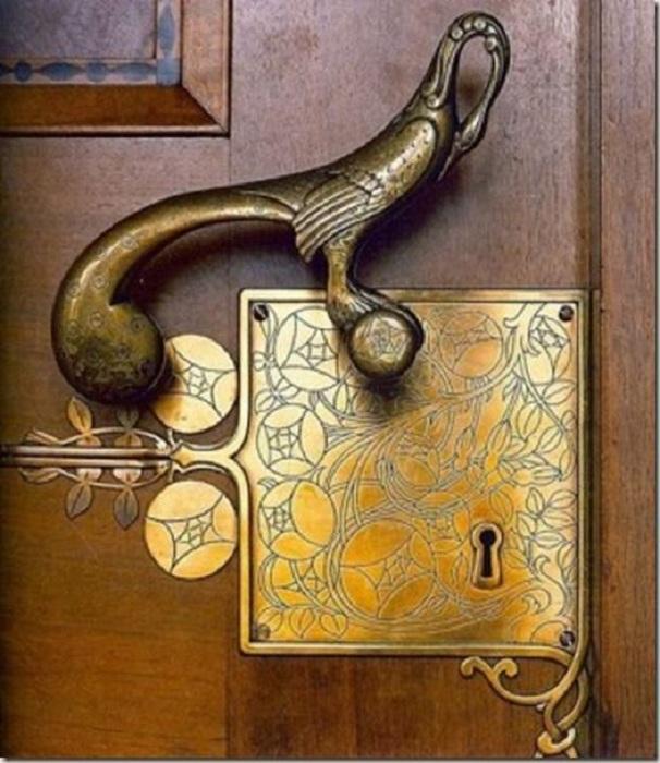 Очень красивый пример оформления дверной ручки в виде птицы - просто невероятное решение.