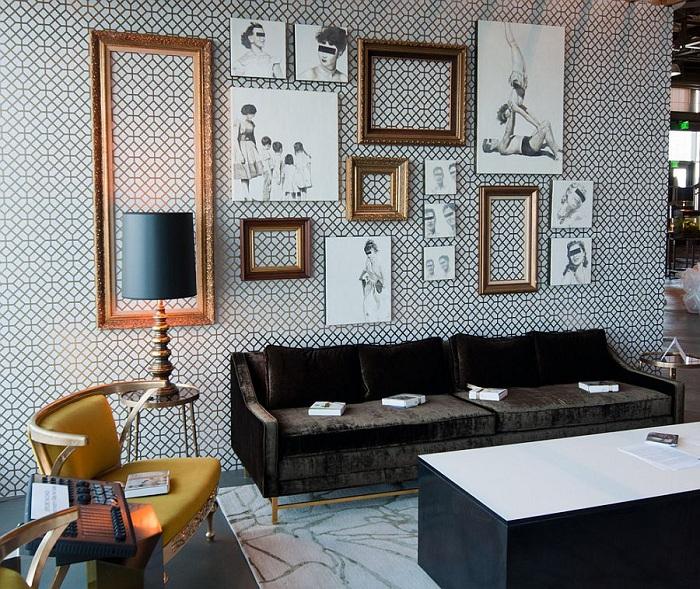 Гостиная в черно-белых тонах, инкрустирована симпатичными рамками на стене, которые дополняют общую обстановку.