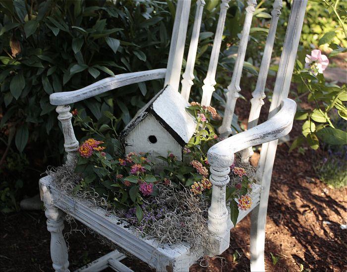 Прекрасный старинный стул с цветочной клумбой сверху - оригинальное решение для сада.